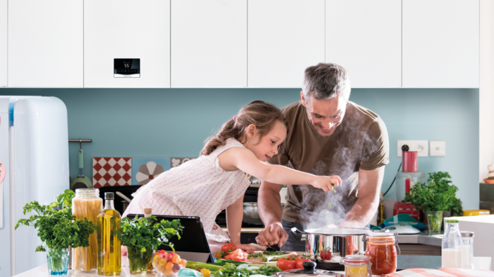 papà con figlia in cucina